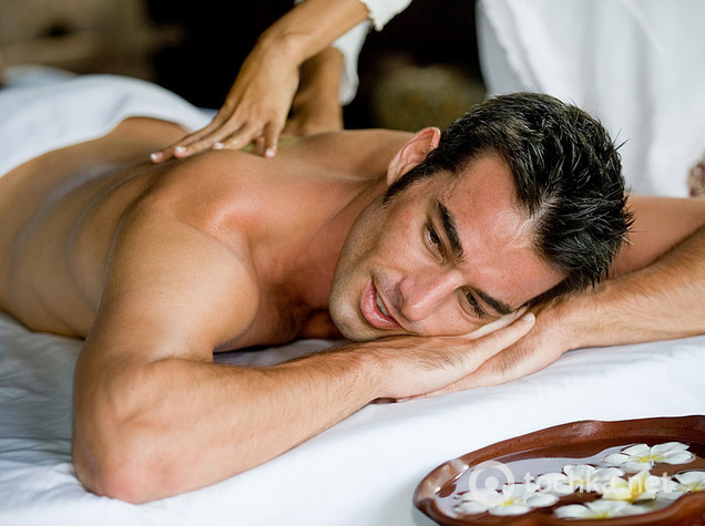 foto-romantika-paren-devushke-delaet-massazh